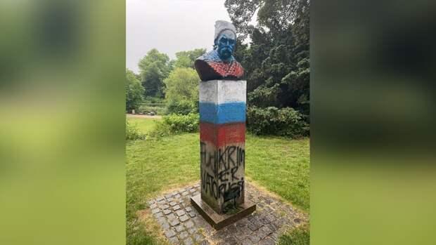 Памятник Тарасу Шевченко в центре Копенгагена перекрасили в российский триколор