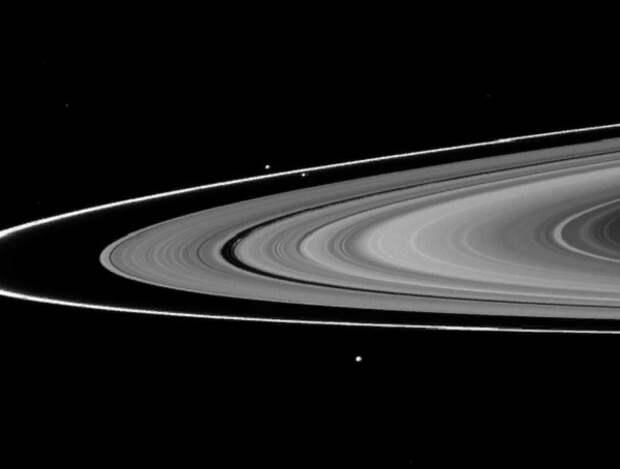 Исследователи объяснили формы и цвета спутников Сатурна