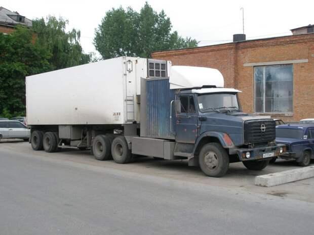 А вот этот «американец» с «гофроспалкой» переделан из ЗИЛ-133Г4. Фотка, сделана в июне 2009-го в Туле авто, автотюнинг, грузовик, краз, самосвал, советская техника, тюнинг, тягач