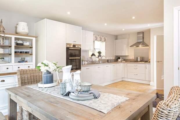 столешница из светлого дерева для белой кухни