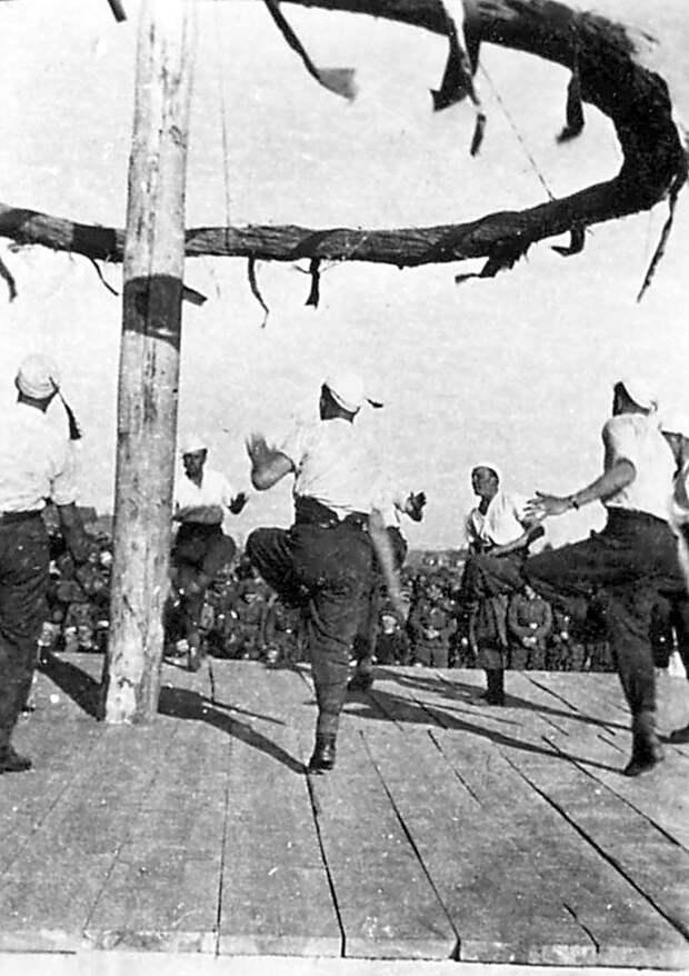 300Народные танцы 1-ой роты