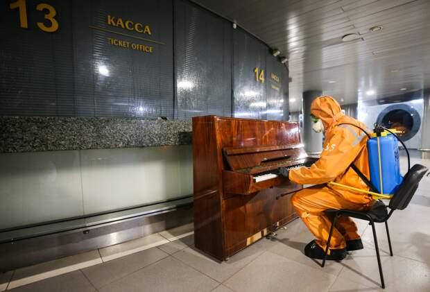 Дезинфекция Ладожского вокзала в Санкт-Петербурге в период пандемии.