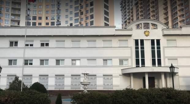Одесские националисты закидали файерами консульство России