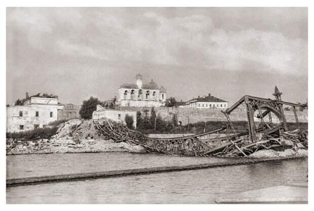 Взорванный немцами при отступлении мост через р. Волхов.