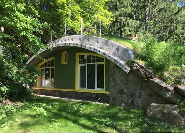 Большие окна пропускают в необычный дом много солнечного света.