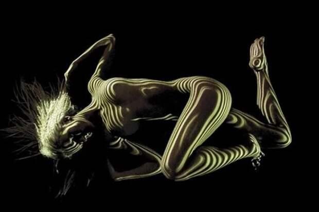 Игра света и тени на телах обнаженных моделей