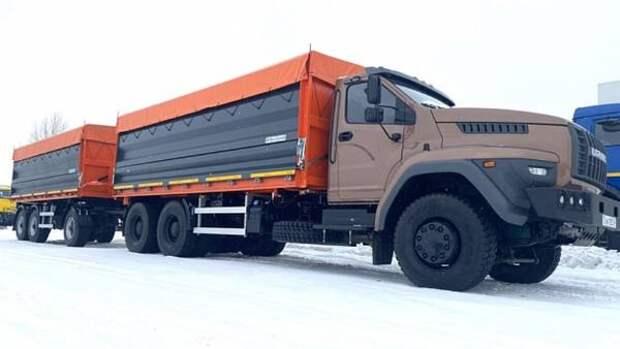 «Урал» выпустил дорожный самосвал-зерновоз с прицепом