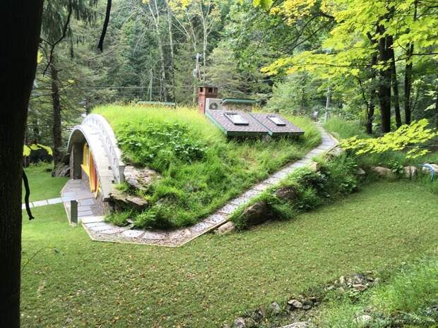 Оригинальный коттедж очень органично вписался в лесной ландшафт.