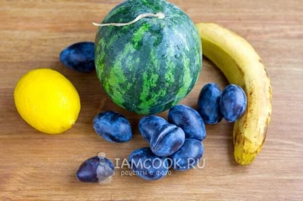 Ингредиенты для смузи из арбуза в блендере