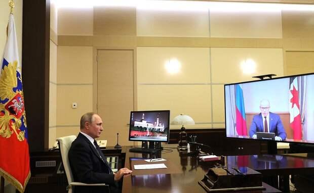 Александр Бречалов отправил Владимиру Путину упаковку сотового мёда из Каракулинского района