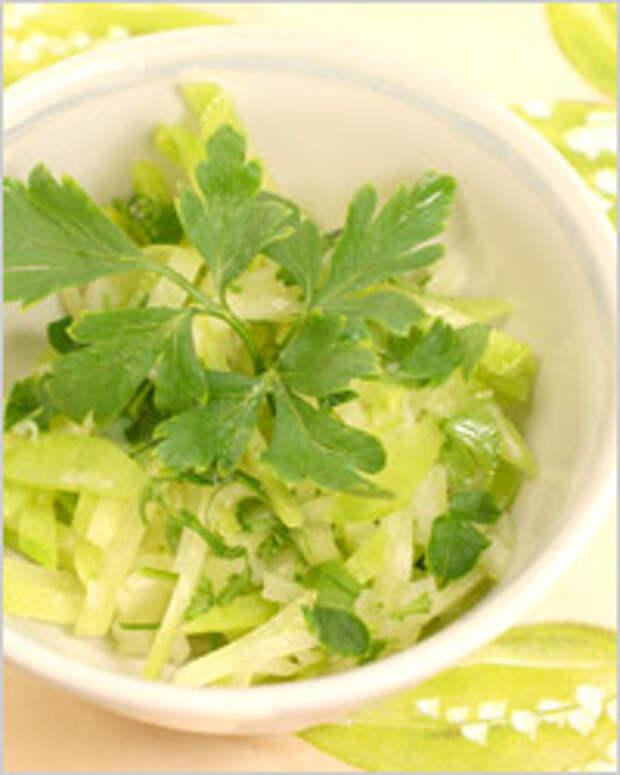 Всевозможные салаты, как овощные, так и фруктовые, лучше приготовлять перед употреблением
