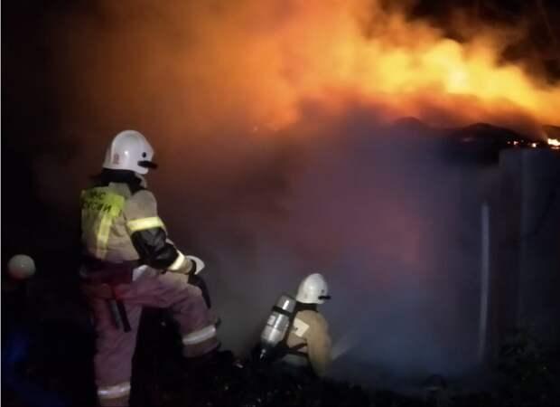 В Симферопольском районе при пожаре двухэтажного дома чуть не сгорел автомобиль