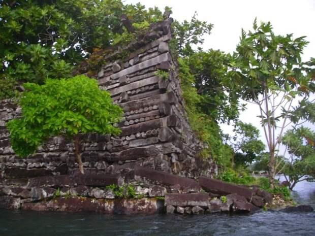 Циклопические сооружения из базальта в Нан Мадол. Фото: fishki.net.
