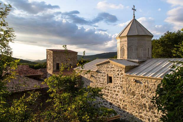 На фото: средневековый армянский монастырь Сурб-Хач неподалёку от Старого Крыма.