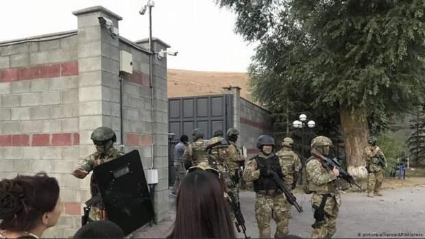 Атамбаев и 6 тысяч его сторонников находятся в селе Кой-Таш, где спецназ не смог взять штурмом дом экс-президента