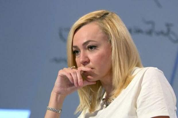 Рудковская показала удачное фото, а Водянова - тот же снимок без ретуши
