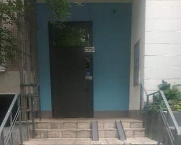 У дома на Абрамцевской убрали лавочку по просьбам жителей