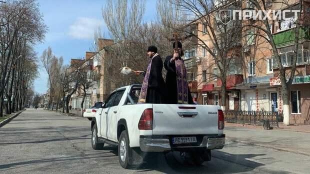 Священники Украины орошают улицы городов святой водой, чтобы защититься от коронавируса