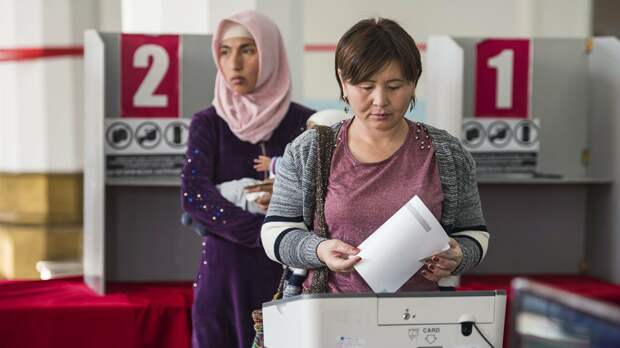 Голосование на избирательном участке в Бишкеке - РИА Новости, 1920, 05.10.2020