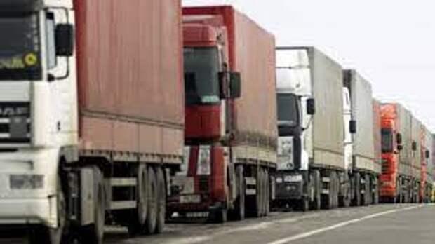 Километровые пробки из большегрузов образовались в ЗКО на границе с Россией