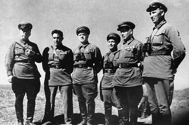 Слева направо: корпусный комиссар Н. И. Бирюков, комкор Я. В. Смушкевич, комкор Георгий Жуков, дивизионный комиссар М. С. Никишев, командарм 2-го ранга Г. М. Штерн и комкор Н. Н. Воронов на Халхин-Голе.