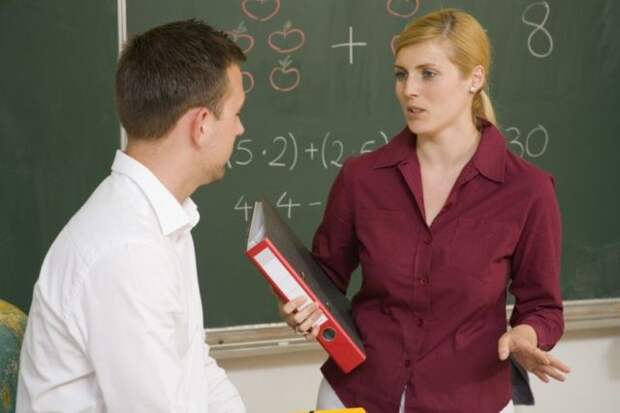 мужчина говорит с учителем у доски