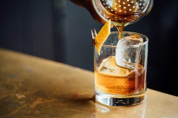 Владелец кафе поил севастопольцев алкоголем без разрешения