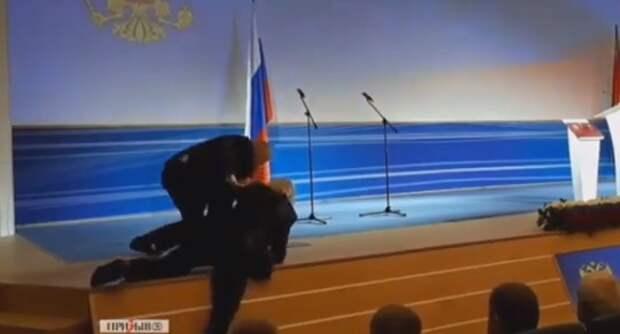 Жириновский упал на официальном мероприятии