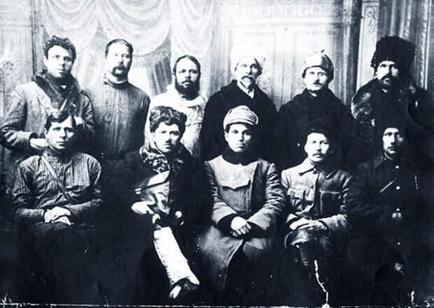 Руководители «Тасеевской республики». Крайний слева в нижнем ряду — И.А. Вашкорин.