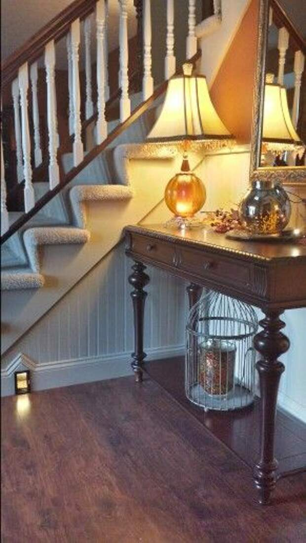 маленькая дверца в плинтус или под лестницу