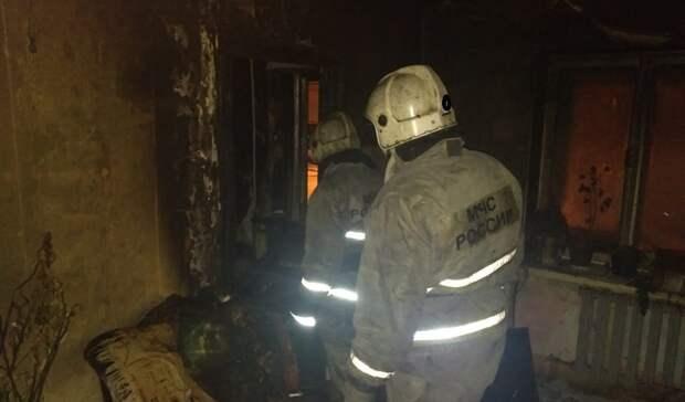 ВЕкатеринбурге спасатели вывели людей изокна при пожаре жилого дома