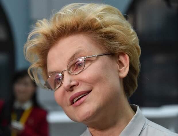 Елена Малышева показала видео из аэропорта и сообщила, что скоро снова станет бабушкой
