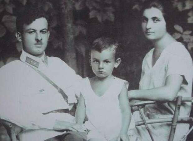 Окуджава с родителями. Источник: syl.ru