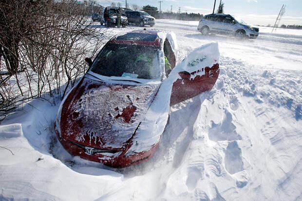 Вытаскиваем автомобиль из сугроба без посторонней помощи