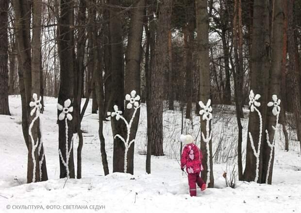 Жительница Кузьминок украсила лес волшебными снежными скульптурами