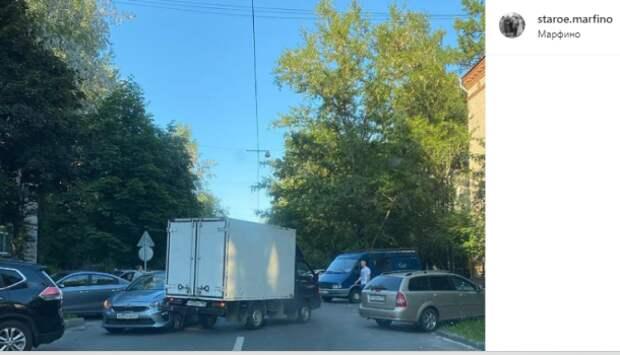 На Малой Ботанической грузовик и легковушка перекрыли всю дорогу