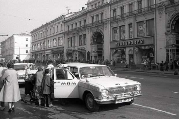 Цыгане останавливают такси на дороге.