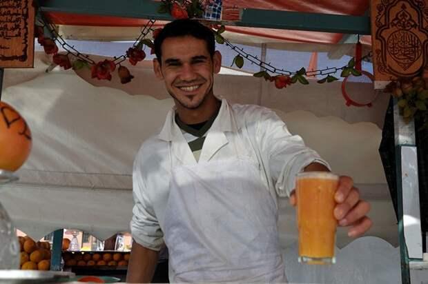 Блог Павла Аксенова. Анекдоты от Пафнутия. Orange juice seller at Djemaa el Fna square in Marrakesh. Фото Philip Lange - Depositphotos
