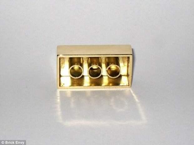 Кирпичик LEGO из золота