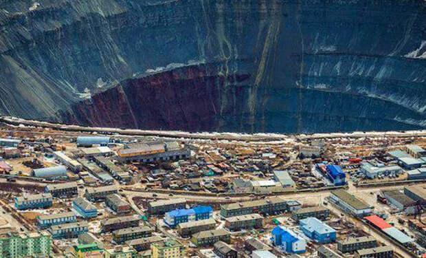 Якутский город живет с рядом с километровой дырой в земле, которую видно даже из космоса