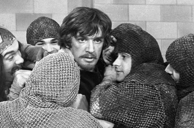 Александр Абдулов в роли Робин Гуда в сцене из телеспектакля «Художник из Шервудского леса». 1980 г.