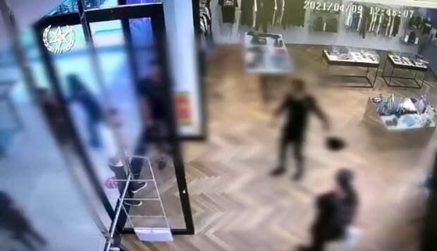 Дерзкие арабы из Калькилии среди бела дня крали в Ришоне, их поймали сотрудники магазина. ВИДЕО