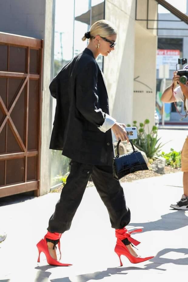 Дополняйте деловой образ красной обувью, как это делает Хейли Бибер