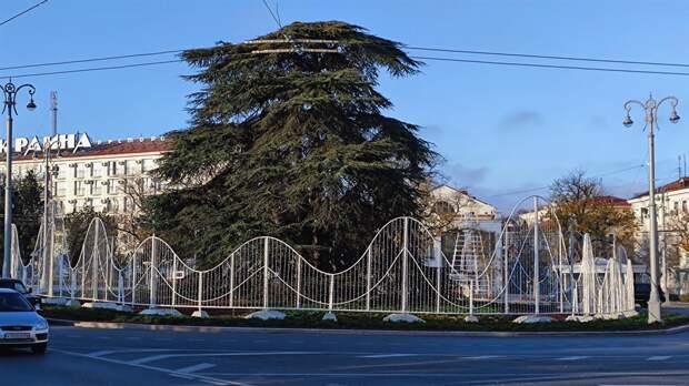 Клумбы в Севастополе обносят высоким забором