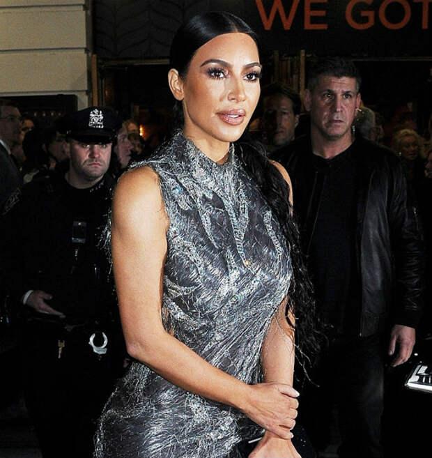 Ким Кардашьян показала пышные бедра в открытом сзади платье