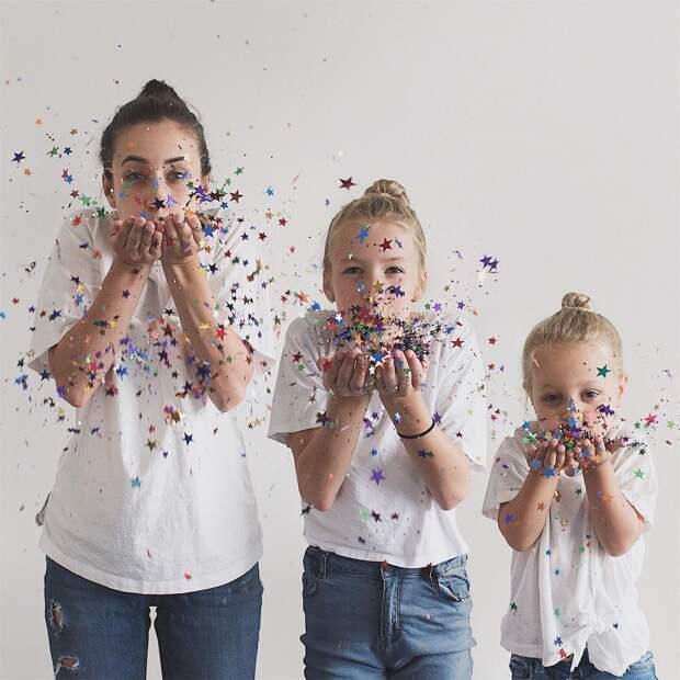 Трое из ларца: мама и дочки наряжаются одинаково для шикарных семейных фото