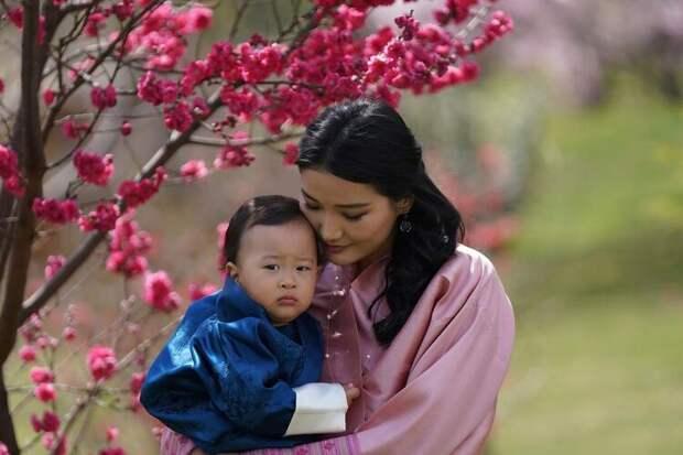Король и королева Бутана отметили первый день рождения младшего сына: новые фото