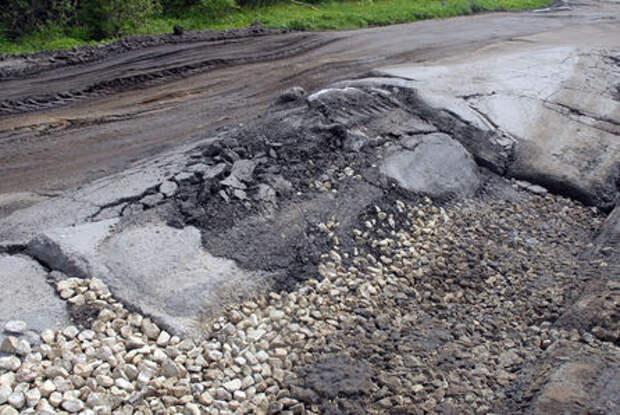 Сельские жители скинулись и отремонтировали местную дорогу