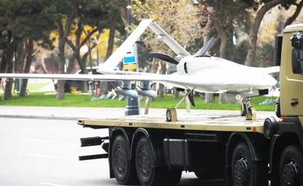 На фото: разведывательно-ударный оперативно-тактический средневысотный беспилотный летательный аппарат с большой продолжительностью полета Bayraktar TB2 производства турецкой компании Baykar Makina