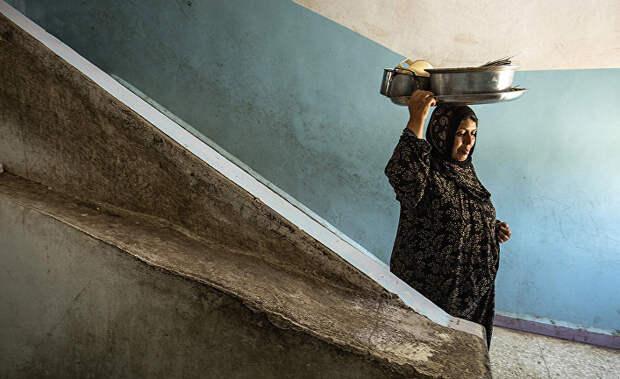 Женщина с горшками в школе в в городе Хасака, Турция